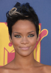 53d29570a7e25_-_rihanna-haphazard-hair-19111-large